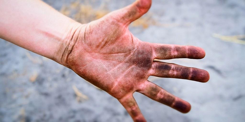 vieze handen smeerolie